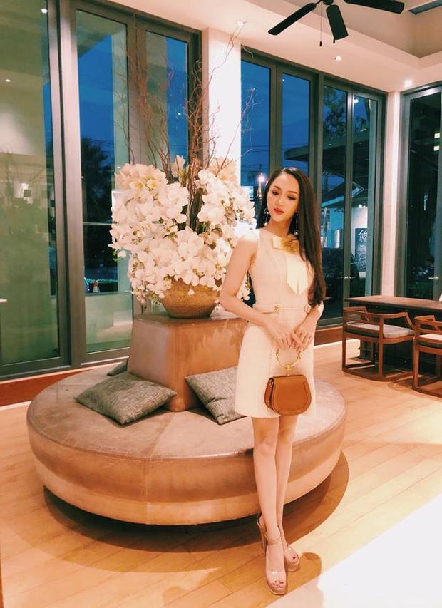 Bộ cánh thứ hai cũng của Lê Thanh Hòa có màuhồng phấn được điểm xuyết chi tiết thắt nơ xinh xắn giúp Hương Giang trở về với nét nhẹ nhàng thanh tao.