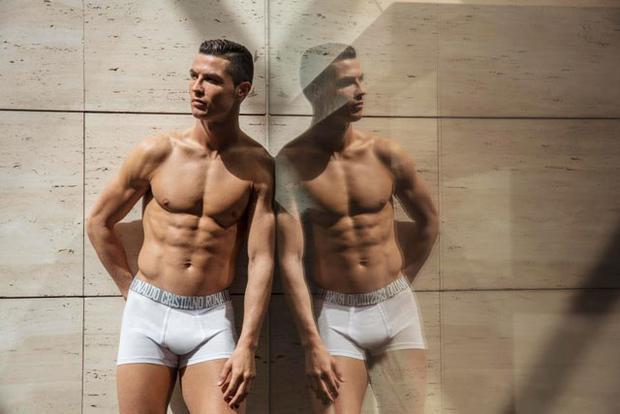 Ronaldo 'gây bão' khi chụp hình quảng cáo đồ lót mới