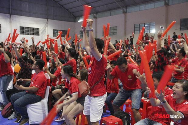 Giây phút vỡ òa của các fan khi tiếng còi kết thúc trận vang lên. MU giành chiến thắng và nới rộng với Liverpool khoảng cách lên 5 điểm.