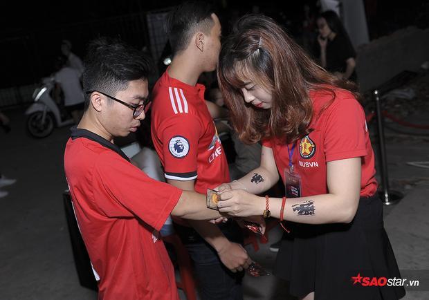 Lâu lắm rồi các fan Man United Việt mới có dịp tề tựu cùng nhau trong một buổi big off nên các fan đến rất sớm, trước gần 3h đồng hồ khi trận đấu diễn ra.