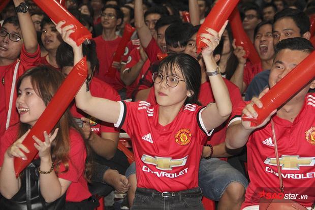 Không khí cổ vũ cuồng nhiệt được các fan tạo ra liên tục.