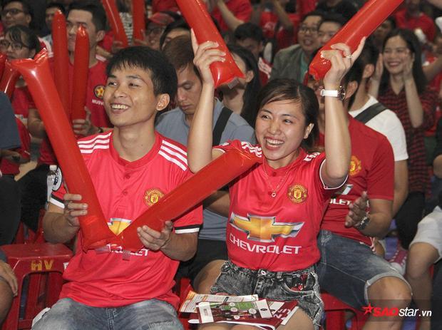 Niềm vui của các fan khi lâu lắm rồi mới được chứng kiến Man United thi đấu bùng nổ đến như vậy. Công tốt mà thủ cũng hay.