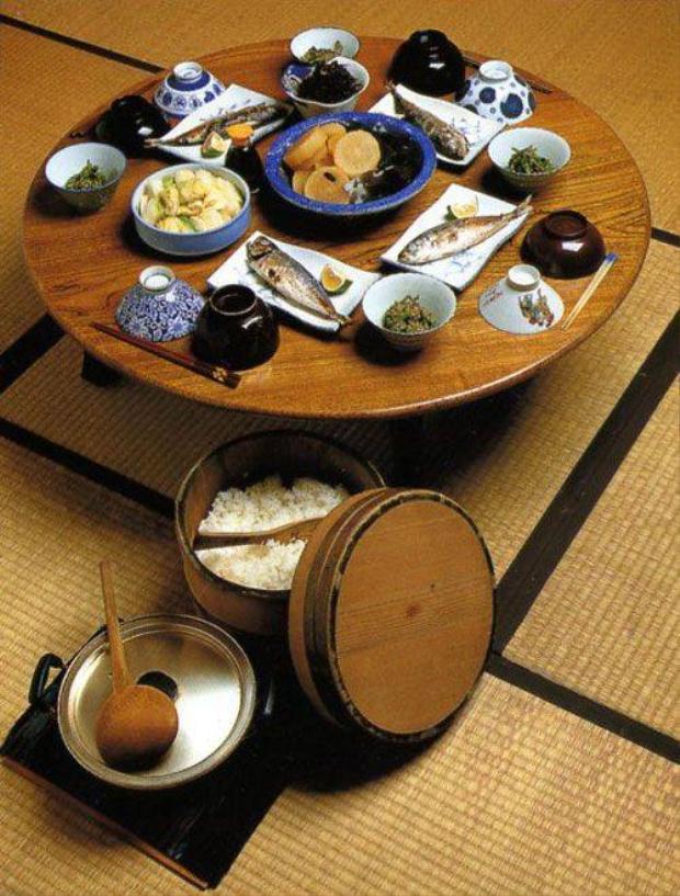 Thói quen ăn 8 phần no: Ai từng ăn với người Nhật đều biết người Nhật hay ăn bằng cái chén nhỏ và rất xem trọng cách bày trí sao cho đẹp, vì thế đồ ăn thường ít. Họ cho rằng ăn 8 phần no là tốt nhất cho sức khỏe.