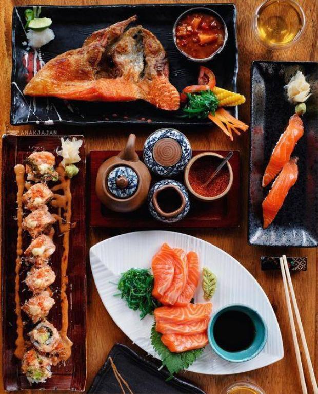 Ăn đồ tươi sống: Món ăn chính của người Nhật là cá và rau, rất ít ăn thịt và các chất ngọt như kẹo bánh và các loại thực phẩm chế biến sẵn. Trong bếp, người Nhật rất hiếm khi lưu trữ đồ ăn để dành, vì họ thường xuyên đi chợ để mua đồ ăn tươi nhất, chứ không mua một lần nhiều đồ để trữ trong tủ lạnh.