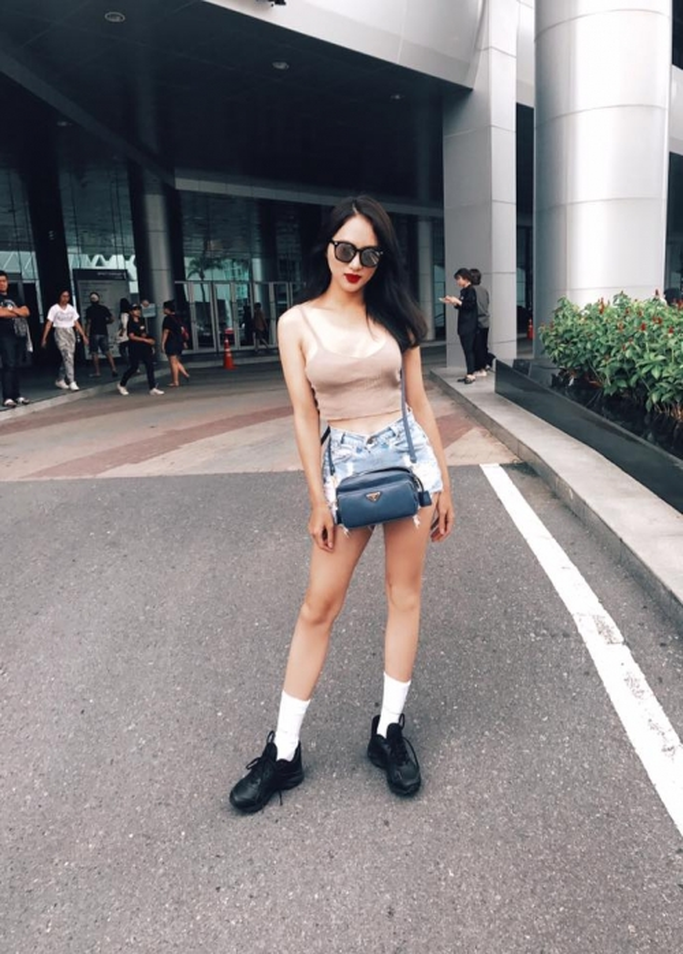 Diện hai dây giản dị nhưng chiếc túi Hương Giang đeo bên hông là của thương hiệu Prada.