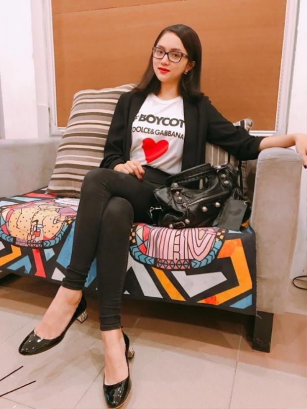 Sở thích là diện áo thun cùng vest nhưng áo thun của Giang toàn đến từ những thương hiệu đắt đỏ. Chiếc áo lần này là của Dolce&Gabbana.