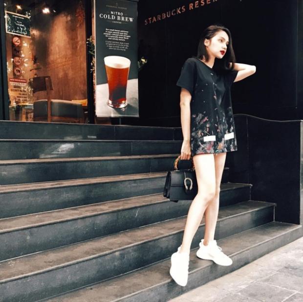 Diện váy suông đơn giản với sneaker nhưng trên tay Hương Giang là chiếc túi Gucci sành điệu.