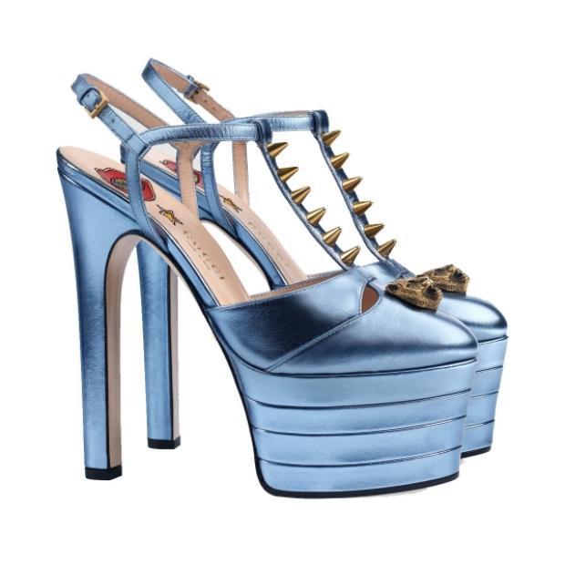 Đôi giày có tên đầy đủ là Gucci studded leather platform pump, có nhiều phiên bản màu sắc khác nhau như xanh, đỏ, đen, vàng,… Đôi giày Hương Giang chọn mang có màu xanh.Được biết, đôi cao gót nằm trong bộ sưu tập runway 2016 của nhà mốt Gucci và từng được người mẫu trình diễn tại Tuần lễ thời trang Milan Fashion Week.