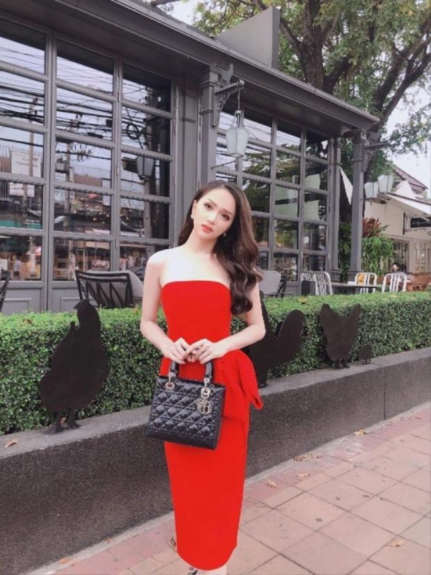 Những ngày đầu khi có mặt ở nước bạn tham gia Hoa hậu chuyển giới, Hương Giang cũng không ngừng chia sẻ hình ảnh của mình. Vào bữa tiệc tối đầu tiên, khi được gặp gỡ các thí sinh, cô mặc chiếc đầm đỏ cúp ngực và sử dụng chiếc túi Dior màu đen đi kèm.