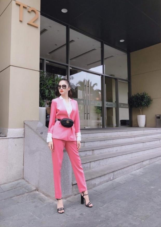 Một lần khác xuống phố, Hương Giang diện bộ suit hồng, cô kết hợp với sandal của Gucci. Nhìn tổng thể set đồ khá đắt đỏ này nổi bật hơn cả là là chiếc túi đeo chéo Gucci được nhiều sao Việt ưa chuộng.