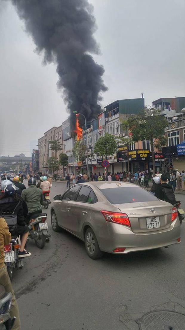 Theo ghi nhận tại hiện trường, nhiều đồ đạc tại khu vực cháy bị thiêu rụi. Nhìn từ trên cao ngọn lửa bùng lên từ ngôi nhà cao tầng mặt phố Ô Chợ Dừa, khói đen bao trùm cả khu vực xung quanh.