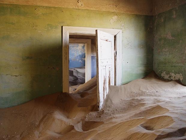 Những căn nhà tươi vui giờ phủ đầy cát.