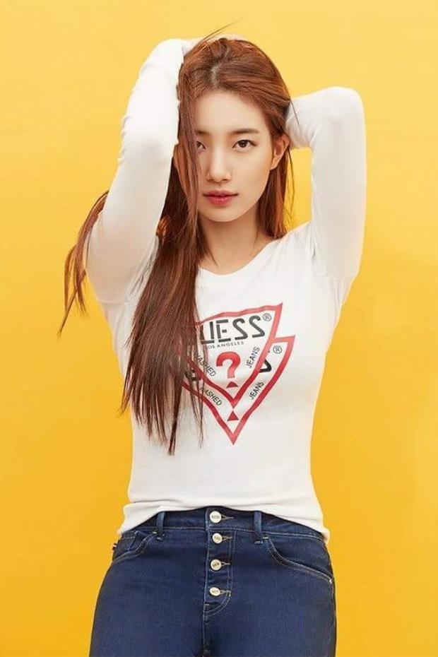 Tuy nhiên, thần thái của cô nàng thì không hề đơn giản tí nào bởi có ai mặc đồ basic mà nhìn vẫn sang như Suzy?