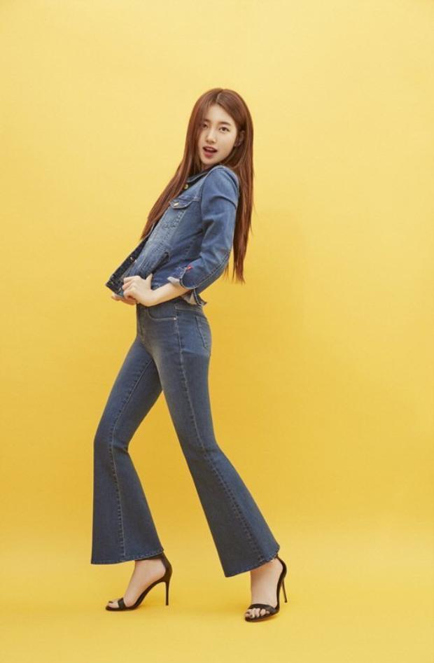 Diện cả cây jeans nhưng Suzy vẫn rất nữ tính khi để tóc buông dài và sử dụng sandal quai mảnh.