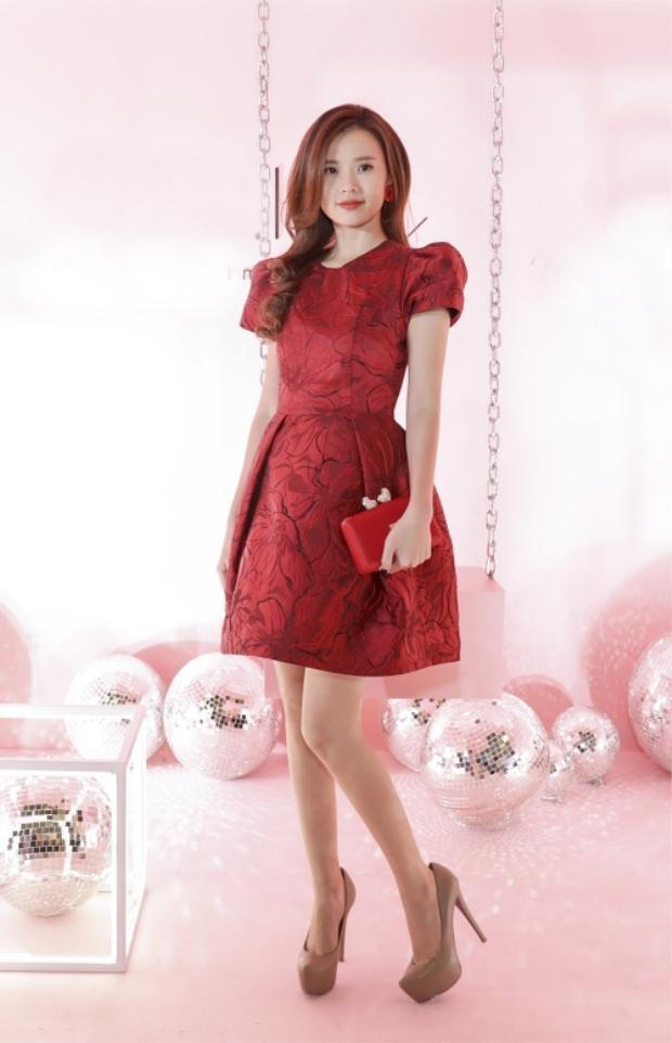 Tiếp tục là một chiếc váy đỏ khác của Midu,chất liệu gấm taffta giúp trang phục có độ đơ vừa phải, không làm xấu dáng người mặc. Người đẹp phối cùng clutch đỏ và cao gót màu beige, nhằm hoàn thiện tổng thể.