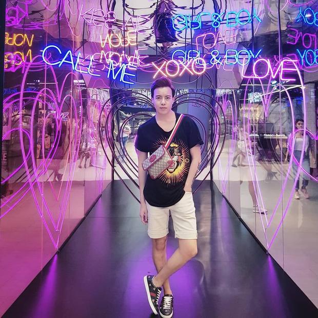 Trang phục của stylist Mạch Huy trông có vẻ đơn giản thế thôi, nhưng nếu xét ra từng items như áo phông, giày và túi đeo chéo của Gucci, sẽ thấy giá trị set đồ lên đến cả trăm triệu.