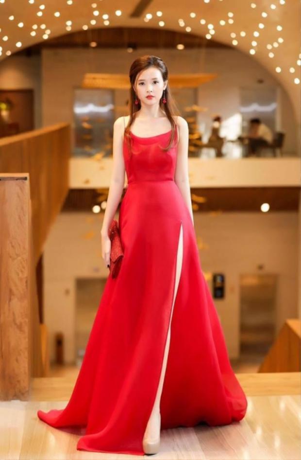 Màu đỏ cũng góp phần đem lại may mắn, giúp Midu lọt vào danh sách sao đẹp trong tuần. Diện chiếc váy quây xẻ cao của NTK Trần Hùng, cô nàng khoe khéo làn da trắng sứ, khiến người đối diện không khỏi rời mắt.
