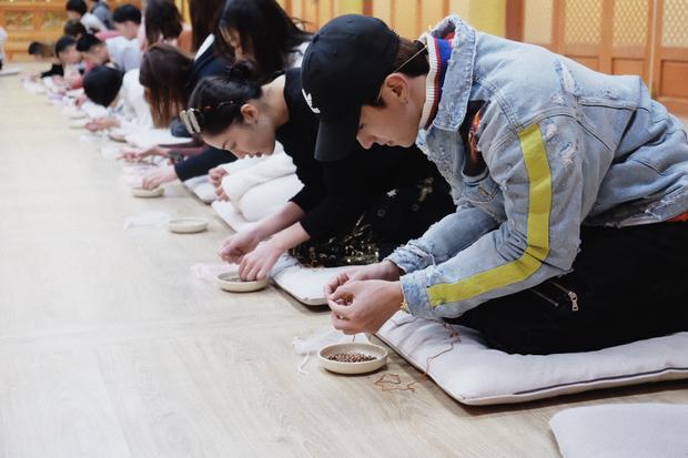 Cả hai cùng tham dự nhiều hoạt động ý nghĩa trong chuyến đi như xâu chuỗi tràng hạt tại chùa Woljeongsa,…