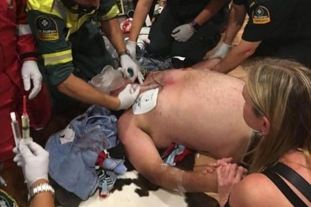 Các nhân viên y tế nhanh chóng có mặt tại nơi xảy ra vụ việc. Ảnh: Mirror