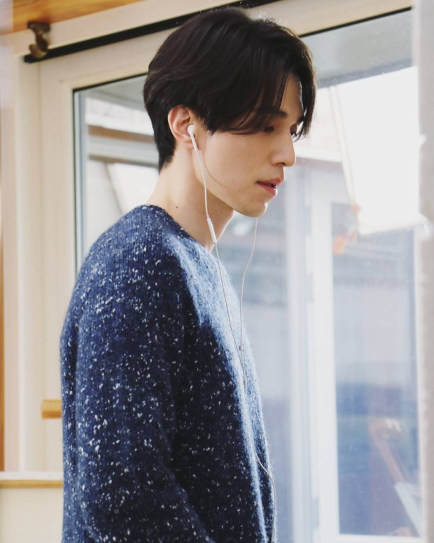 Có lúc mái tóc khá dài nhưng trôngLee Dong Wook vẫn cực kì nam tính.