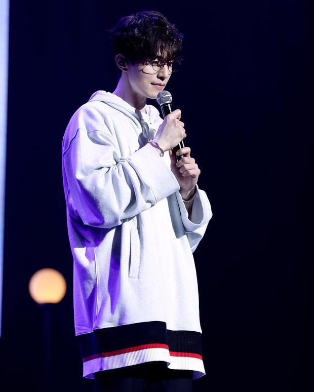 Nhất là khi mái ngố lại được uốn xoăn tít như thế này.Lee Dong Wook trông trẻ hơn nhiều so với độ tuổi 36 của anh.