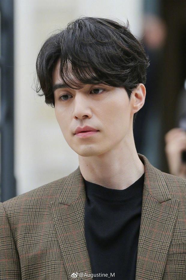 Tóc uốn xoăn tầng cùng mái rẽ ngôi là kiểu tóc được nam diễn viên thường xuyên ưu ái mỗi khi xuất hiện trước công chúng.