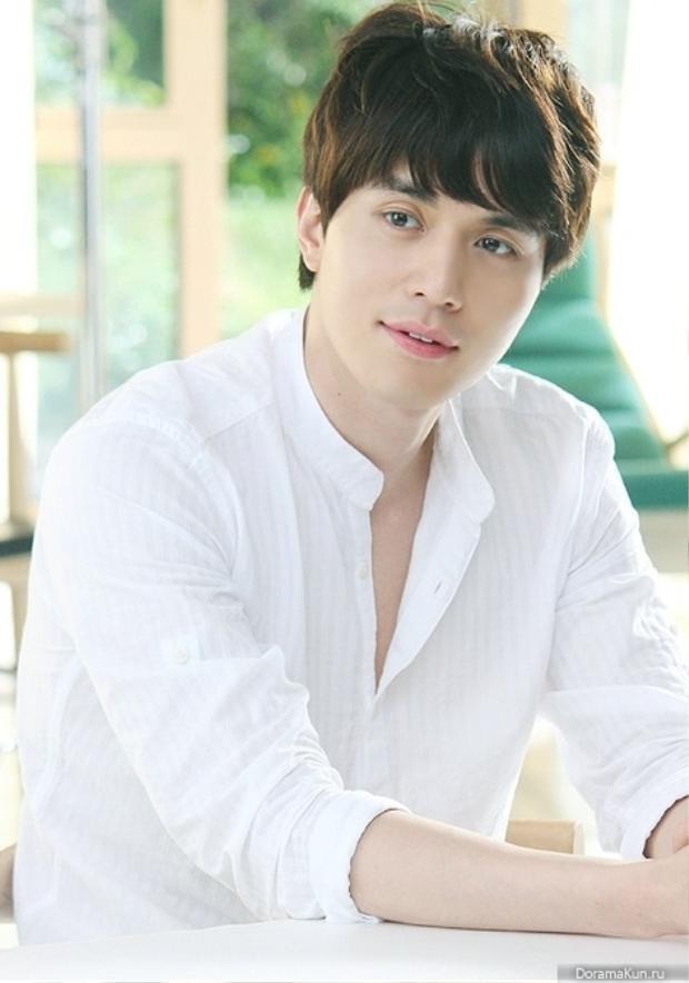 Nếu kiểu tóc rẽ ngôi giúp Lee Dong Wook trông lãng tử, phong trần thì khi để mái ngố trông anh chàng có phần trẻ trung hơn rất nhiều.