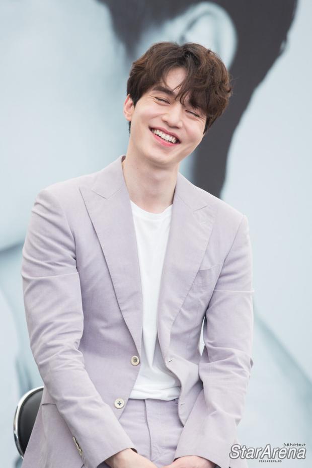 """""""Cái răng cái tóc là gốc con người"""", quả thực không thể phủ nhận vẻ đẹp lung linh củaLee Dong Wook một phần cũng là nhờ kiểu tóc phù hợp với gương mặt chuẩn soái ca của anh chàng."""