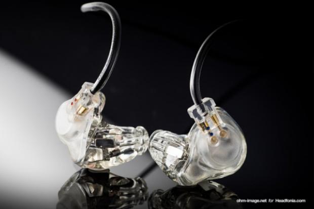 Thiết kế những chiếc tai nghe IEM được tùy biến để vừa khít với ống tai người đeo, từ đó mang lại hiệu quả cách âm cao nhất. Phần ngoại hình cũng được thiết kế riêng để thể hiện cá tính.