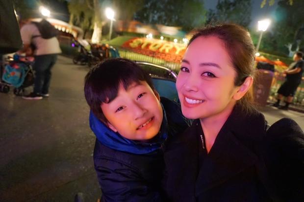 Vợ chồng Jennifer Phạm tranh thủ đưa các con đi chơi trước khi về Việt Nam