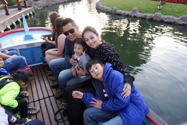 Tuy công việc bận rộn nhưng vợ chồng Jennifer Phạm luôn tranh thủ thời gian để ở bên cạnh các con.