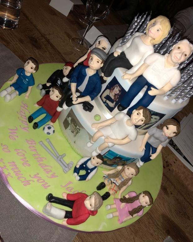 Chiếc bánh sinh nhật đáng yêu với 11 đứa cháu vây quanh dành tặng bà Jackie.
