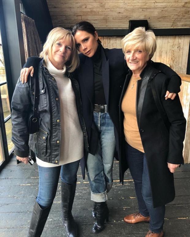 Vic chụp ảnh bên 2 bà mẹ yêu của mình vào đầu ngày.