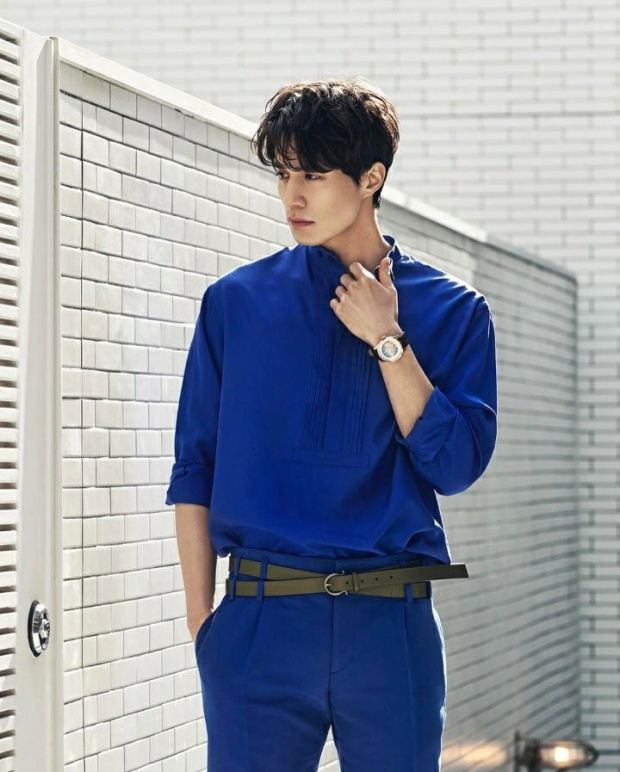 Tuy chỉ diện sơ mi nhưng màu sắc Lee Dong Wook rất rực rỡ. Như màu xanh dương