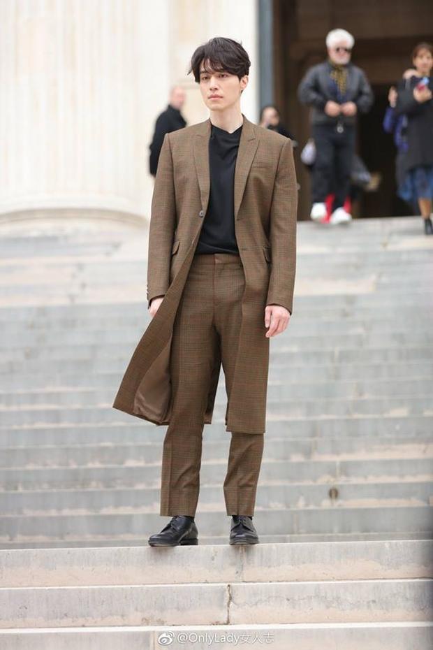 """Tham dự các event ở nước ngoài, Lee Dong Wook vẫn """"bình tĩnh"""" diện vest, không cần phải trưng trổ quá cầu kì mà vẫn đẹp rạng ngời."""