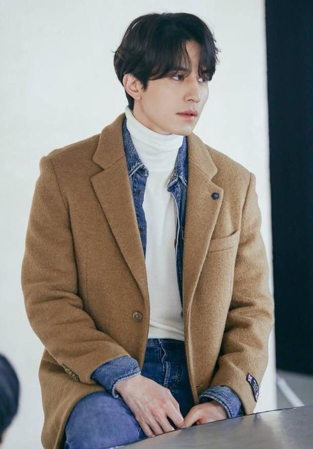 hay vest dạ khoác ngoài áo bò đều rất hợp với Lee Dong Wook.