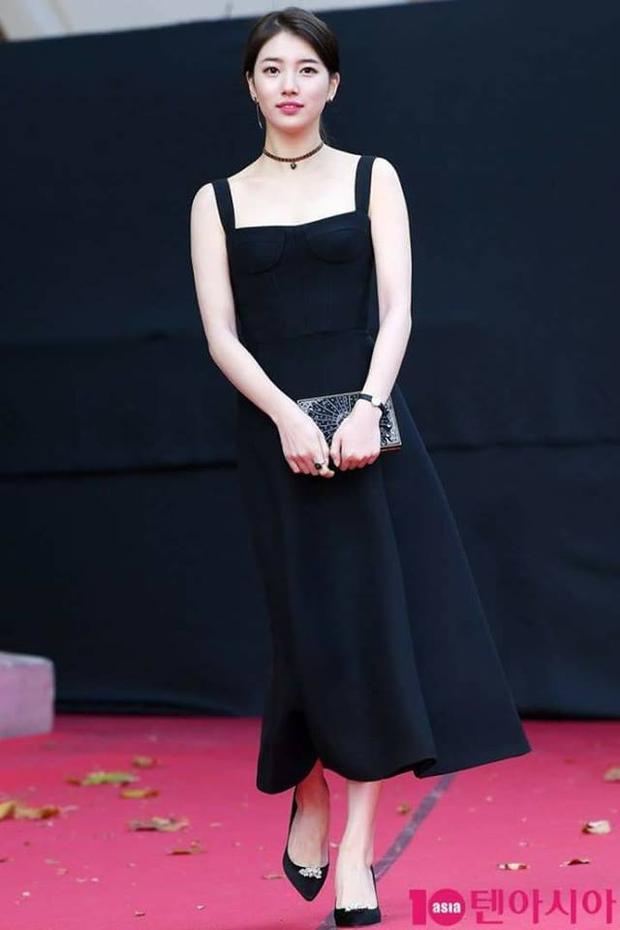Biết đươc ưu điểm của mình, Suzy thường xuyên trang điểm nhẹ nhàng, ăn vận giản dị dù là trung tâm của các sự kiện.