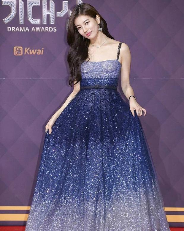 Giữa những mỹ nhân lộng lẫy váy áo, Suzy nổi bật lên như một bông hoa rực rỡ sắc hương
