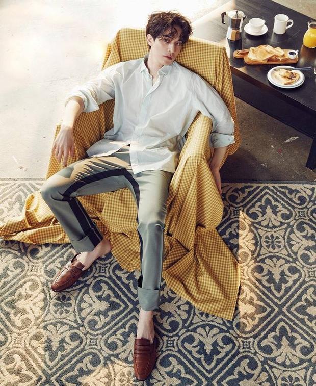 Lee Dong Wook hầu như chỉ trung thành với kiểu tóc chẻ ngôi lãng tử tôn vẻ đẹp gương mặt đẹp không góc chết.