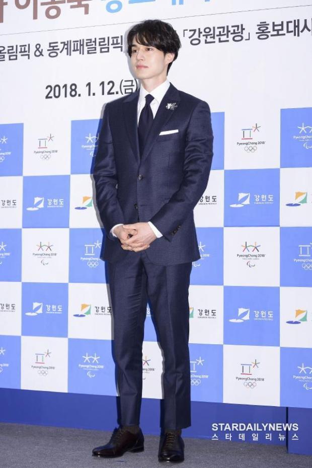 Lee Dong Wook đẹp như một vị thần khi đi dự sự kiện.