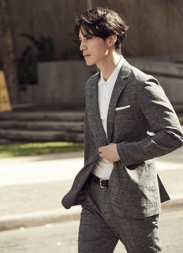 Với lợi thế hình thể, Lee Dong Wook hầu như chỉ diện vest khi xuất hiện trước công chúng.