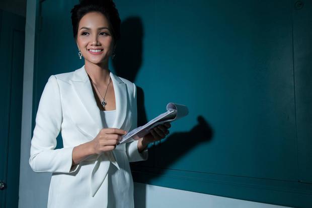 """Trong thời gian tới, Hoa hậu H'Hen Niê sẽ tiếp tục với các hoạt động của Hoa hậu Hoàn vũ Việt Nam. Trước mắt, cô sẽ đồng hành cùng chương trình """"Room To Read"""" diễn ra tại Trà Vinh vào ngày 18/03."""