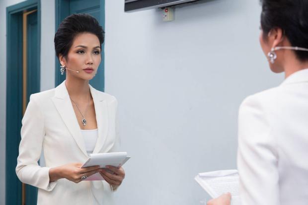 H'Hen Niê chọn bộ vest trắng quần ống loe tôn vóc dáng quyến rũ của mình.