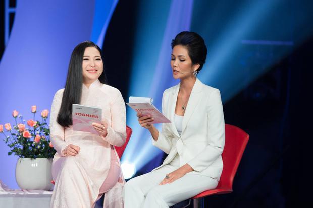 """Sau gần 3 tháng đương nhiệm, H'Hen Niê lần đầu """"thử sức"""" với vai trò MC cho chương trình truyền hình. Với vai trò mới nên người đẹp đã chuẩn bị tập luyện nhiều cho lần xuất hiện này để không phụ sự kỳ vọng của khán giả."""