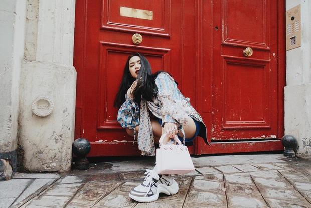 Là một trong nhữngfashionista nổi danh trong giới trẻ Việt, Châu Bùi thường xuyên cập nhật những hình ảnh trong các trang phục, phụ kiện bắt kịp trend thế giới và dẫn đầu xu hướng tại Việt Nam.