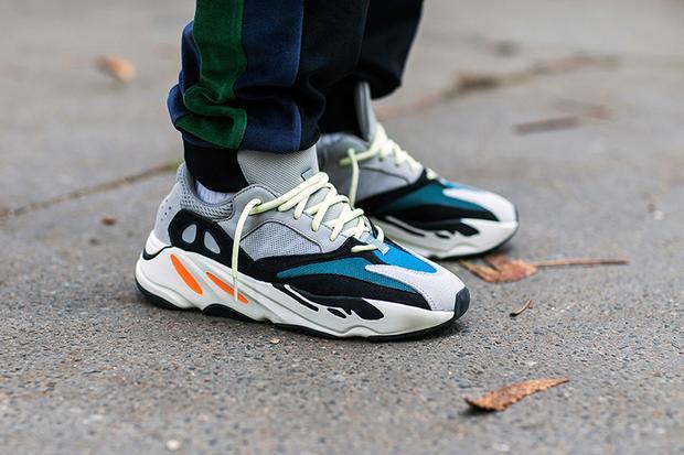 """Đôi sneakers nhiều màu sắc YEEZY Wave Runner 700 cũng là thiết kế """"phải có"""" của những tín đồ thời trang sành điệu."""