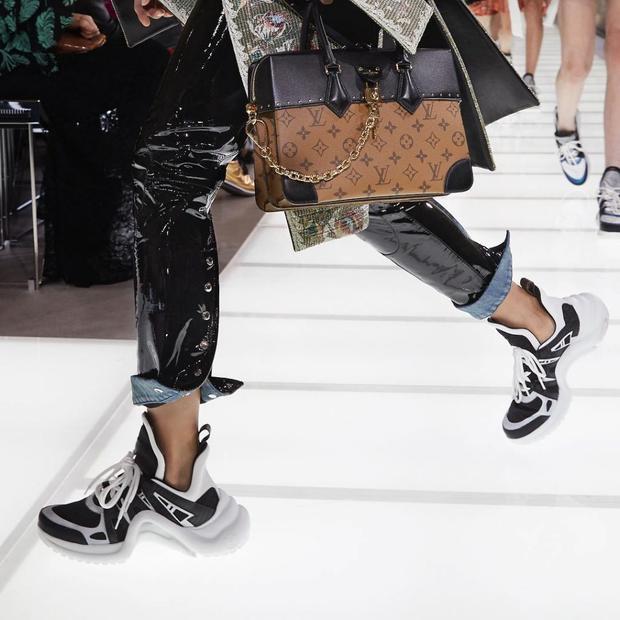 Đôi giày từng được trình diễn trên sàn runway trong show thời trang Xuân Hè 2018 của Louis Vuitton.
