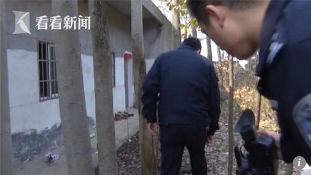 Chỉ vì chân quá thôi, tên trộm đã bị cảnh sát bắt giữ. Ảnh: SCMP