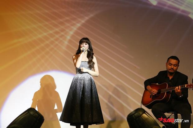 Lần đầu tiên, Hari Won trình bày bản mashup 2 ca khúc quen thuộctheo phong cách Acoustic. Nếu nhưLàm sao để yêu da diết, nhẹ nhàng thì Anh cứ đi đi trở nên bắt tai hơn khi được nữ ca sĩ kết hợp với lời Hàn.