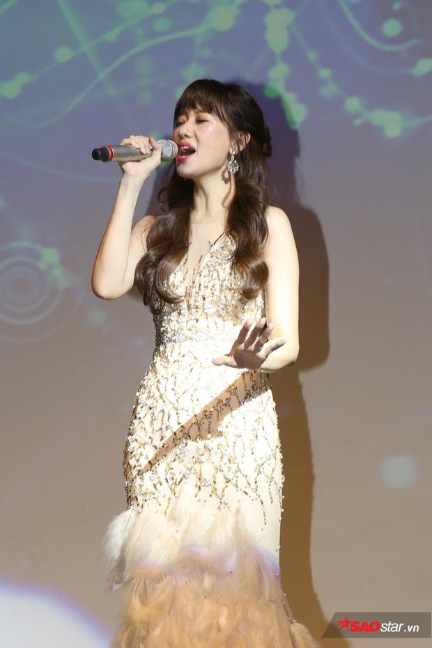 MV bản ballad này cũng được tung ra trong đêm nhạc khiến fan vỡ oà vui sướng vì món quà đến từ Hari Won. Đáp lại tình cảm của người hâm mộ, nữ ca sĩ lần đầu tiên thể hiện sản phẩm mới ngay trên sân khấu showcase.